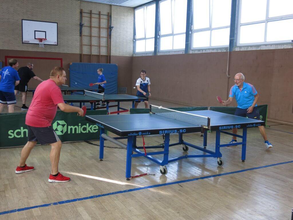 Tischtennis Spieler in der Halle